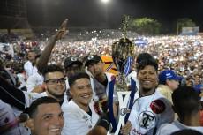 Los Tigres de Chinandega levantaron el trofeo en medio de la invasión de su afición al terreno de juego. LA PRENSA/JADER FLORES