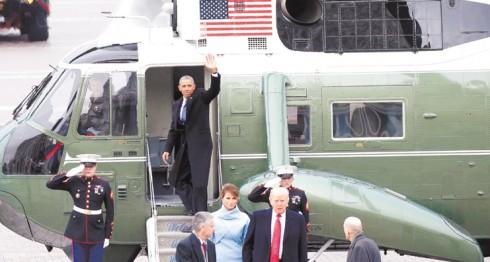 El expresidente de EE.UU., Barack Obama,  aborda un helicóptero frente a la Casa Blanca. LA PRENSA/EFE
