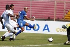 El delantero salvadoreño Irving Herrera se creó el espacio entre Luis Fernando Copete (6) y Erick Téllez para vencer al portero Diedrich Téllez. LA PRENSA/EFE