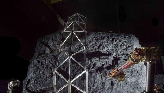 Esta foto de la NASA muestra un prototipo del sistema de módulo de captura robótico Asteroid Redirect Mission (ARM) que se está probando con un simulacro de asteroide en sus garras en el Goddard Space Flight Center de la NASA en Greenbelt, Maryland. LAPRENSA/ARCHIVO