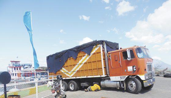 Al camión se le averió la cruz de la barra justo al momento que descendía del barco. LA PRENSA/R.VILLARREAL