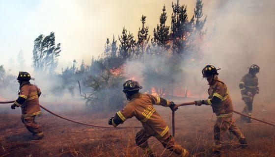 Bomberos combaten un incendio forestal en la localidad de Villa La Unión, en la región del Maule, al sur de Santiago. EFE