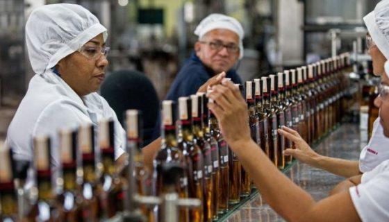El ron ha ganado presencia por el encarecimiento de un whisky que cada vez es más difícil de importar. BBC MUNDO/AFP