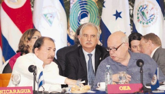 José Miguel Insulza medió en la crisis política en la era de Enrique Bolaños, cuando el FSLN y el PLC se unieron en el Parlamento para restarle poderes al Ejecutivo.