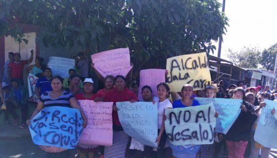 Con pancartas y morteros los comerciantes del Mercado de Masaya exigen un diálogo con el alcalde Orlando Noguera de Masaya. LAPRENSA/E. Rodríguez