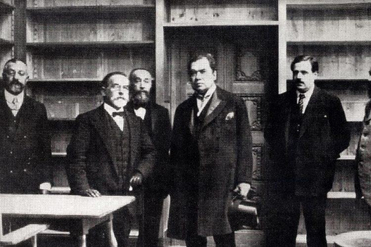 El poeta Rubén Darío junto a sus amigos, los intelectuales catalanes, en 1912. LA PRENSA/ARCHIVO