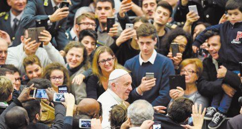 """El papa Francisco alertó contra """"la tentación de la supervivencia"""" , durante la Jornada Mundial de la Vida Consagrada. LA PRENSA/ EFE"""