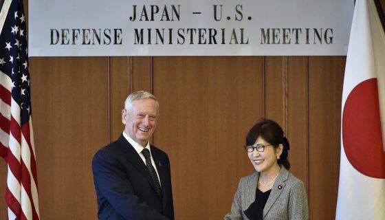 El secretario de Defensa de Estados Unidos, James Mattis, y el ministro de Defensa japonés Tomomi Inada posan para una foto antes de su reunión en el Ministerio de Defensa en Tokio. AP