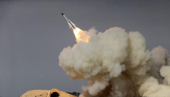Un misil S-200 de largo alcance es disparado en un simulacro militar el 29 de diciembre de 2016 en la ciudad portuaria de Bushehr, en la costa norte de Golfo Pérsico, Irán. AP