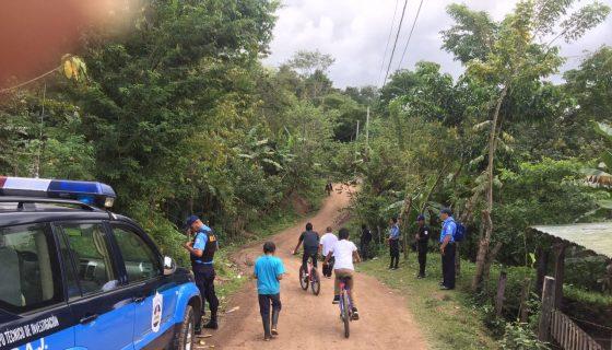 Agentes policiales se encuentran en el lugar donde murieron una niña y su papá. LAPRENSA/Luis Eduardo Martínez
