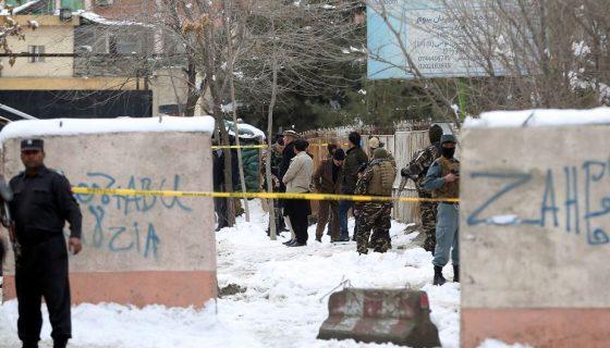 Personal de seguridad resguarda el sitio del atentado suicida en Kabul, en el estacionamiento del Tribunal Supremo afgano. LA PRENSA/AP/Massoud Hossaini