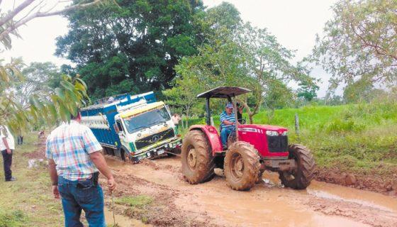 Los conductores luchan para poder recorrer el trecho Las Miradas-San José y buscan tractores agrícolas para poder pasar. LA PRENSA/CORTESÍA