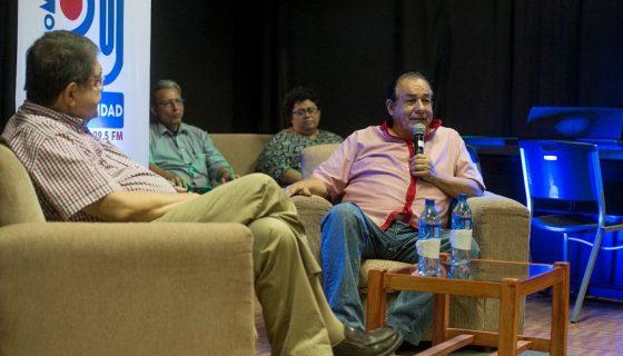 El novelista Sergio Ramírez y el cantautor Carlos Mejía Godoy en un diálogo cultural en la UCA. LA PRENSA/LISSA VILLAGRA
