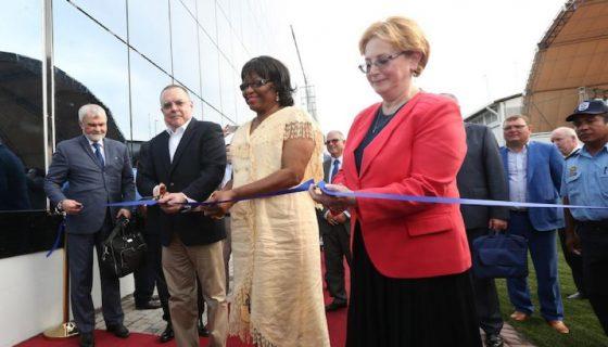 Funcionarios del gobierno ruso y de la OPS, junto a Roberto López, del INSS, fueron los que inauguraron la planta Mechnikov. LAPRENSA/ TOMADA DEL 19 DIGITAL/ CÉSAR PÉREZ