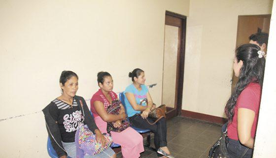 Mercedes Blandón Lemus (de negro) y su nuera Margine Sánchez Esquivel, (de falda) mientras esperaban atención este jueves en la Policía de Matagalpa. LA PRENSA/L.E. MART͍NEZ M.