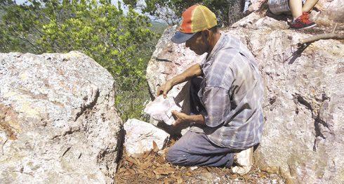 De una mina de piedra ubicada en la propiedad de la familia Castillo obtienen la materia prima para crear hermosas piezas de diferentes formas y tamaños. LA PRENSA/R. MORA