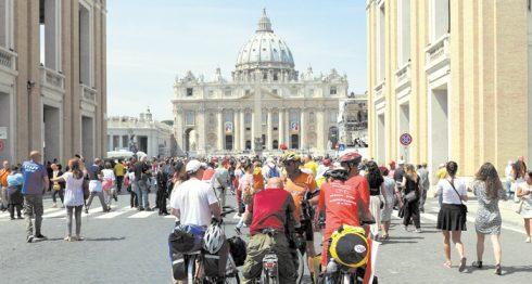 LOsservatore Romano circula en el Vaticano. LA PRENSA/EFE