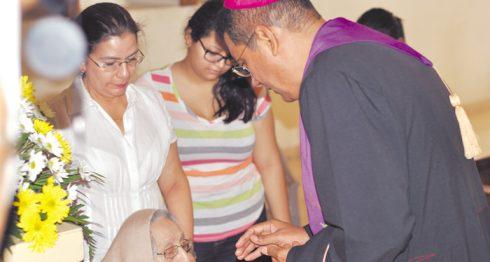 Los enfermos son de atención prioritaria para la Iglesia católica. En la foto, monseñor Jorge Solórzano atiende a uno de ellos. LAPRENSA/ARCHIVO.