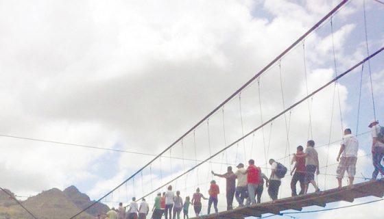 Habitantes de San Pedro de Arenales atraviesan el puente colgante con mayor seguridad. LA PRENSA/ CORTESIA/ JEYMI RIVERA