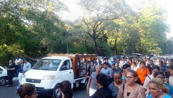 El féretro de la niña fallecida por dengue ingresó al atardecer al cementerio municipal chinandegano / LAPRENSA/S. Martinez