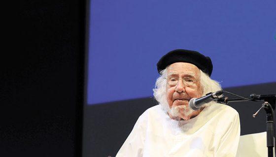 El poeta y sacerdote Ernesto Cardenal, cuando recibió un homenaje en el marco de Centroamérica Cuenta, en mayo del 2015. LA PRENSA / ARCHIVO