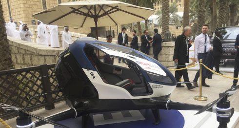 Un modelo de EHang 184 y la próxima generación de Dubai Drone Taxi es visto durante el segundo día de la Cumbre Mundial del Gobierno en Dubai, Emiratos Árabes Unidos. AP