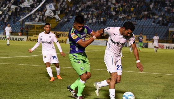 Juan Barrera (27) en un partido ante Antigua GFC. LAPRENSA/ CORTESÍA.