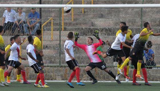 El portero Jadzeel Mendoza (25) atajó un penalti al minuto 80 que mantuvo arriba en el marcador al Juventus ante Chinandega, en el Estadio Nacional. LAPRENSA/ JADER FLORES