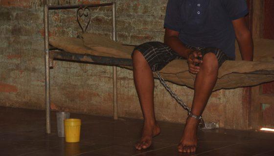 Así permanece el adolescente, encadenado a supie izquierdo por su madre en León. LAPRENSA/Eddy López