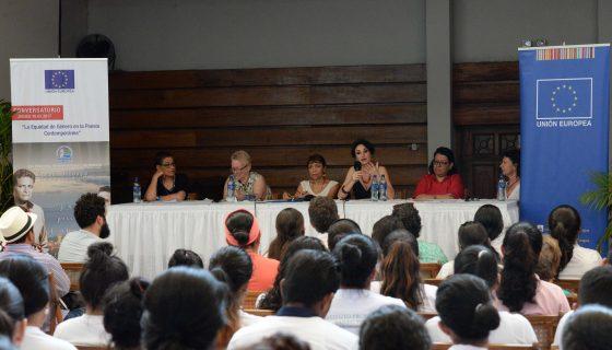 Escritoras reunidas en la Casa de los Tres Mundos hablan a estudiantes granadinos sobre la equidad de género en la poesía. LAPRENSA/R. Fonseca