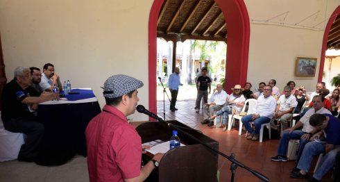 Resulta difícil separar al poeta del guerrillero, coincidieron escritores salvadoreños en la mesa redonda sobre la vida y obra de Roque Dalton. LAPRENSA/ROBERTO FONSECA