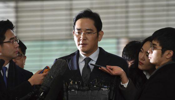 Lee Jae-yong, vicepresidente de Samsung Electronics, habla a los medios por el escándalo de corrupción en la oficina del asesor independiente en Seúl. AP