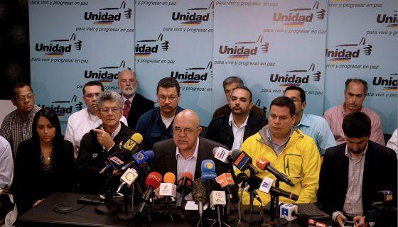 El secretario general de la Mesa de la Unidad Democrática de la oposición venezolana (MUD), Jesús Torrealba (C), entrega un mensaje de prensa junto a los diputados venezolanos Henry Ramos Allup (2-L) y Delsa Solorzano (L) en Caracas. AFP