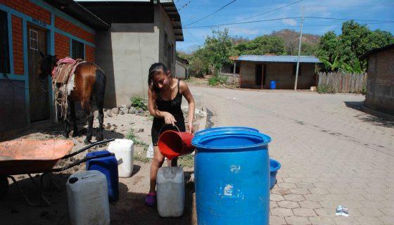 Habitantes de las comunidades de Los Encuentros y La Esperanza, en el municipio de Yalagüina, en Madriz, tienen que ser abastecidos por cisternas de la municipalidad y a veces por los bomberos. LA PRENSA/ W. ARAGÓN R.