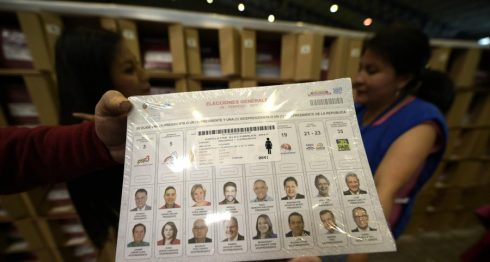 Personal del Consejo Nacional Electoral (CNE) de Ecuador revisa uno de los paquetes de material electoral que han sido enviados a los centros de votación. LA PRENSA/AFP