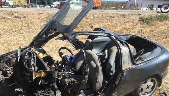 Tras el choque, diversas partes fueron desprendidas del carro en el que viajaban seis personas, una de las cuales murió horas después. LA PRENSA/LUIS E. MARTÍNEZ