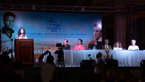 La poeta española Yolanda Castaño, lee la declaratoria de Granada 2017, en la clausura del festival internacional de poesía, en la plaza La Independencia. LA PRENSA/ROBERTO FONSECA