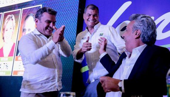 El candidato presidencial oficialista, Lenín Moreno, celebra con el presidente de Ecuador Rafael Correa al saber que iría a una segunda vuelta. LA PRENSA/ EFE