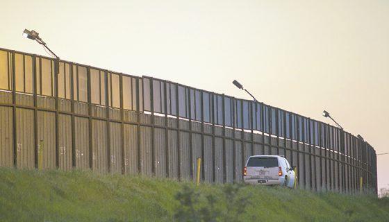 Un agente fronterizo estadounidense patrulla un área del muro entre México y Estados Unidos, en San Isidro, California. LAPRENSA/AFP