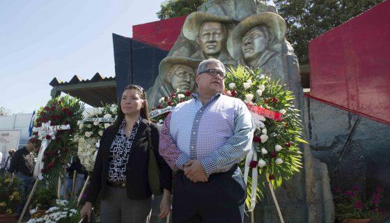 Byron Jerez, diputado del Apre, coloca ofrenda floral en conmemoración del 83 aniversario de la muerte del General Augusto C. Sandino. Managua 21 de febrero de 2017. FOTO LA PRENSA/Lissa Villagra