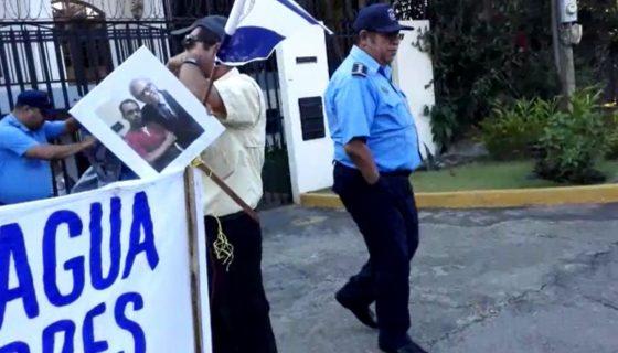 El comisionado mayor Fernando Borge , segundo jefe de la Policía de Managua, dirige el desalojo de protestantes frente a la sede la OEA. LA PRENSA/CORTESÍA.