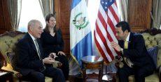 John Kelly (izq.), durante una reunión con el presidente guatemalteco Jimmy Morales en el Palacio de la Cultura de Guatemala. AFP