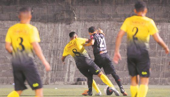 El volante Danilo Zúñiga (21), del Ferretti, disputa el balón contra el volante colombiano Debray Blanco. LAPRENSA/ WILMER LÓPEZ