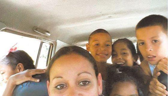 Lisbeth Aguirre Crawford aparece en esta imagen a la par de su sobrinita Brishany y otros niños de la familia. LA PRENSA/ CORTESÍA