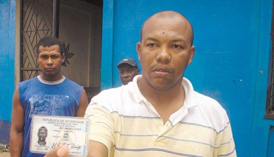 Amauri Carmona Morelos en 2009 con su cédula nicaragüense como Alberto Ruiz Cano. LA PRENSA/ARCHIVO J. UBIETA
