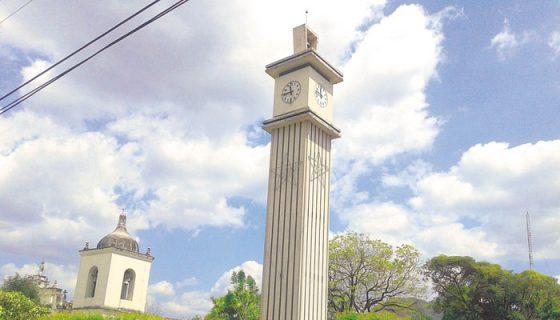 El viejo reloj francés, de más de 60 años, se encuentra ubicado en una torre de 26 metros de altura del antiguo templo de Somoto. LA PRENSA/W.ARAGÓN