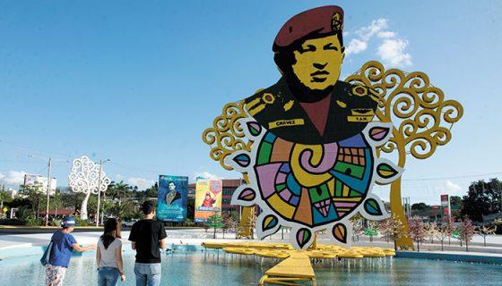 Este fin de semana se realizaron actividades conmemorativas por el aniversario cuatro de la muerte de Hugo Chávez Frías. Una de ellas fue enflorar la rotonda Hugo Chávez. LA PRENSA / Uriel Molina.
