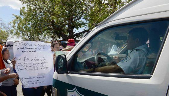 Un grupo de mujeres recientemente protestaba frente a los portones de la cárcel La Modelo, en Tipitapa. LA PRENSA/ROBERTO FONSECA