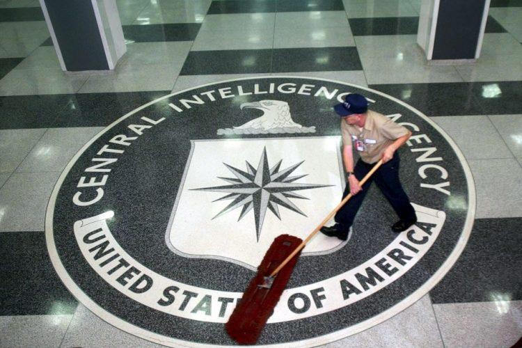 Fotografía de archivo fechada el 3 de marzo de 2005 que muestra a un trabajador mientras pasa la mopa en la sede de la CIA en Langley, Estados Unidos. EFE