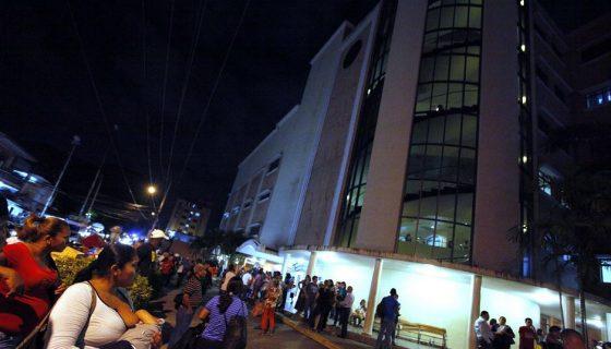 """Curiosos y pacientes del hospital Santo Tomás se reúnen afuera de las instalaciones donde está internado el exdictador de 83 años. Las próximas horas """"son decisivas"""" para su recuperación, dijo su abogado, Ezra Ángel. LA PRENSA/EFE"""